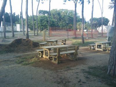 Fotografia on surten els bancs i taules de la zona de picnic